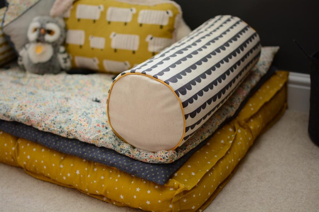 coussins polochon pr en bulle. Black Bedroom Furniture Sets. Home Design Ideas